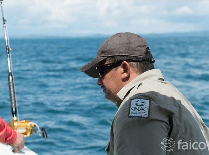 Guardaparques en Proyecto de marcaje de tiburones en la Isla del Coco Costa Rica, Faico
