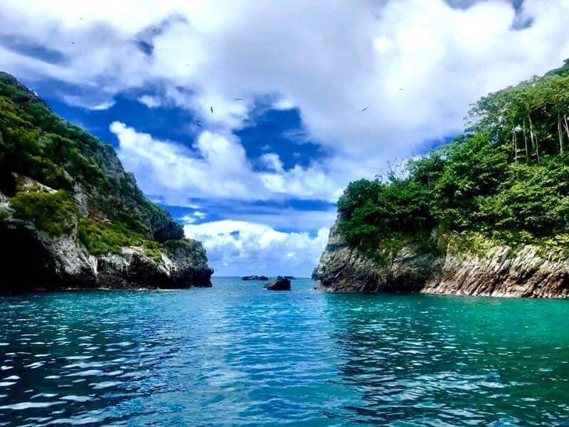 Entre el Perú y otras tierras más al norte, Panamá, encontramos una isla, pequeña a la vista, pero de recovecos altos y bajos y mucha vegetación.